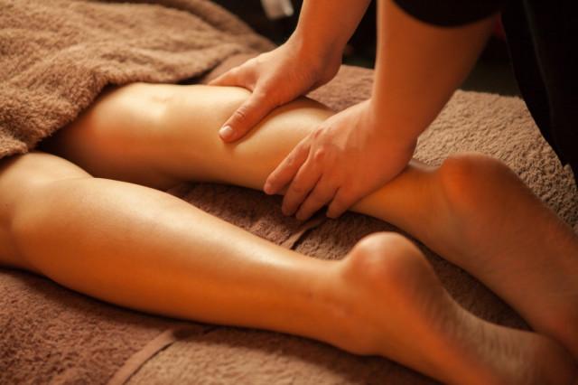 足のマッサージなどが一般的な足がつる症状の改善法です。
